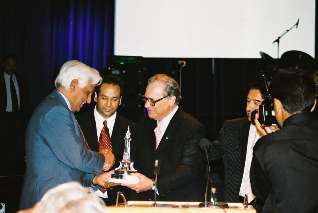 Ambassadør Shahbaz mottar brobyggerpris 2003 som blir overrakt av Dr. Javid Iqbal i Oslo 2003